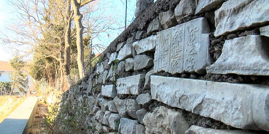 Tarihi mezar taşları duvar yapımında kullanılmış