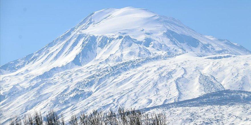 'Türkiye'nin çatısı' Ağrı Dağı yeniden beyaz rahmete büründü