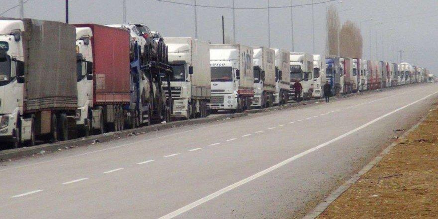 Türkiyeli şoförler 25 gündür bekletiliyor: Araç kuyruğu 200 kilometreye ulaştı