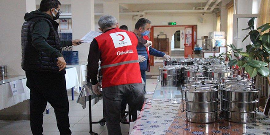 Türk Kızılayı ve gönüllü öğretmenler, ihtiyaç sahiplerine iftar yemeği dağıtıyor