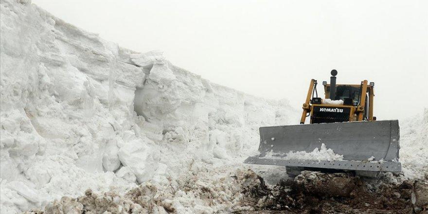 Ağrı'da 'kar kaplanları' nisanda da yoğun karla mücadele mesaisinde