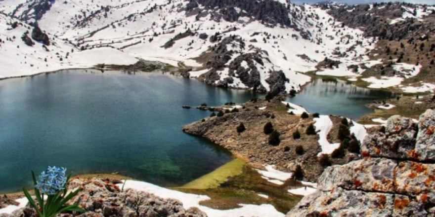 Dağların zirvesindeki Karagöl manzarasıyla hayran bırakıyor