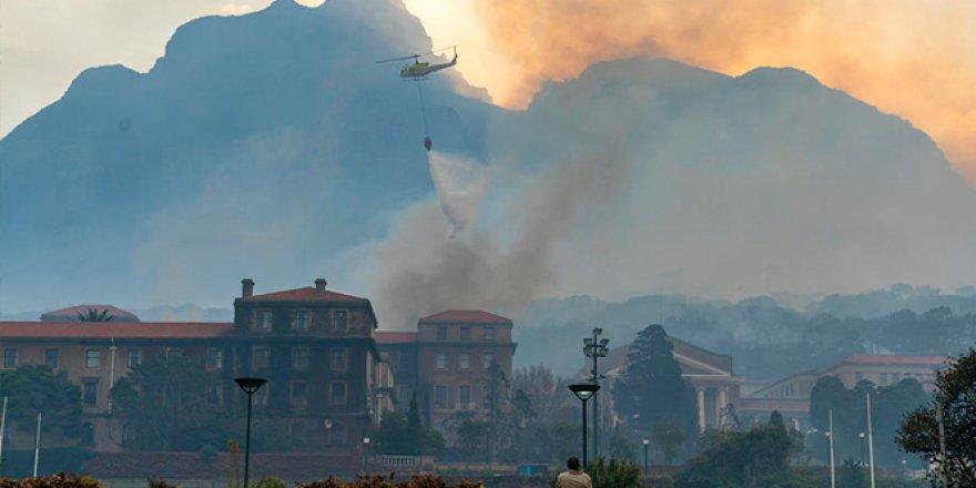 Güney Afrika'daki Tafelberg Dağı'nda yangın çıktı