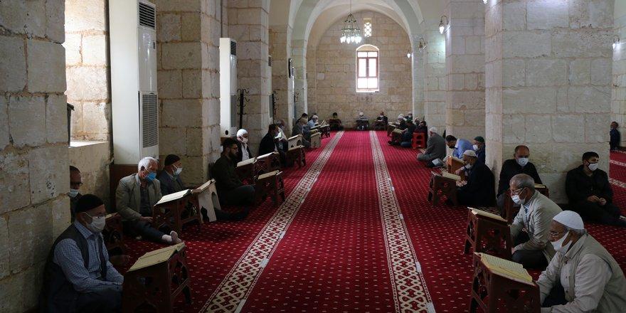 Tarihi Ulu Camii'de hafızların Kur'an tilavetleri ile mukabele geleneği yaşatılıyor