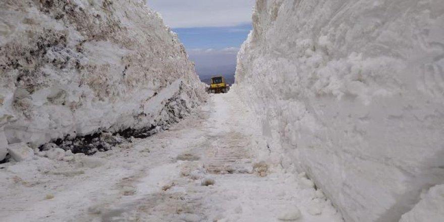 Nisan ayının sonlarında 8 metre kar