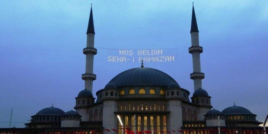 Taksim Camii'ne mahyalar asıldı