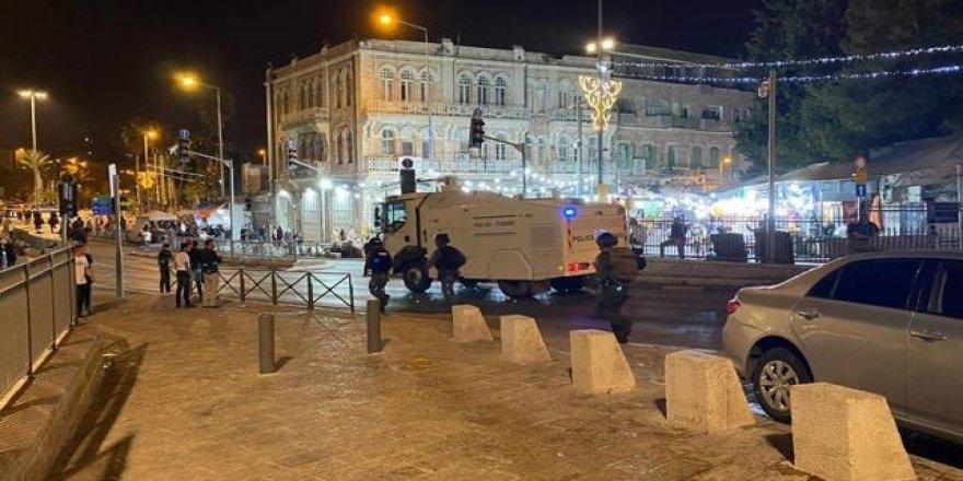 İşgalci İsrail Polisi, teravih sonrası Filistinlilerin üzerine pis su sıktı