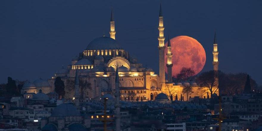 İstanbul'da dolunay tefekkürü