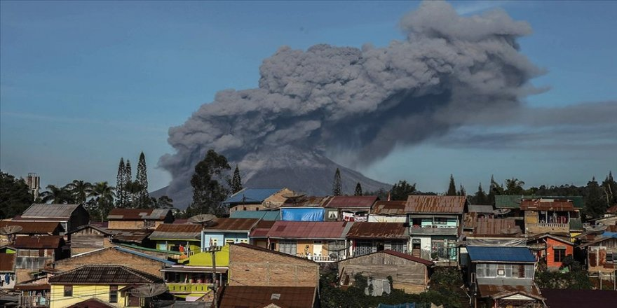 Endonezya'da faaliyete geçen Sinabung Yanardağı kül püskürtmeye başladı
