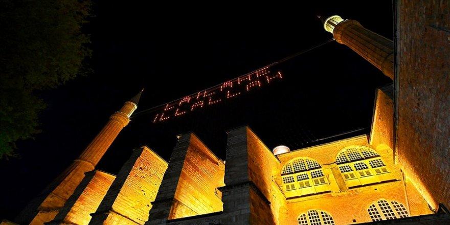 Ayasofya-i Kebir Camisi Kadir Gecesi'nde 'La ilahe illallah' mahyası ile buluştu