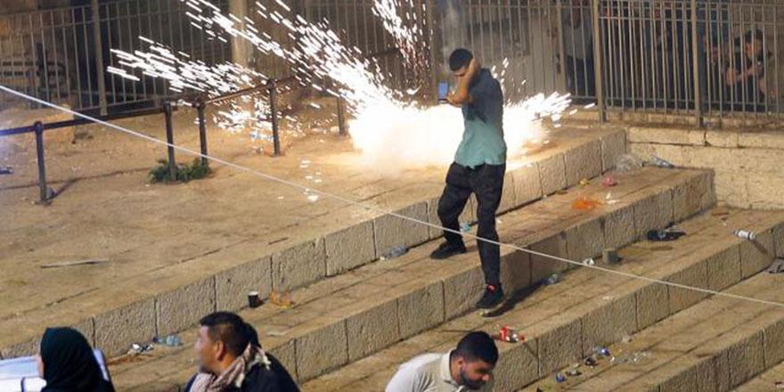 İşgalci İsrail polisi bu sefer sabah namazında cemaate saldırdı