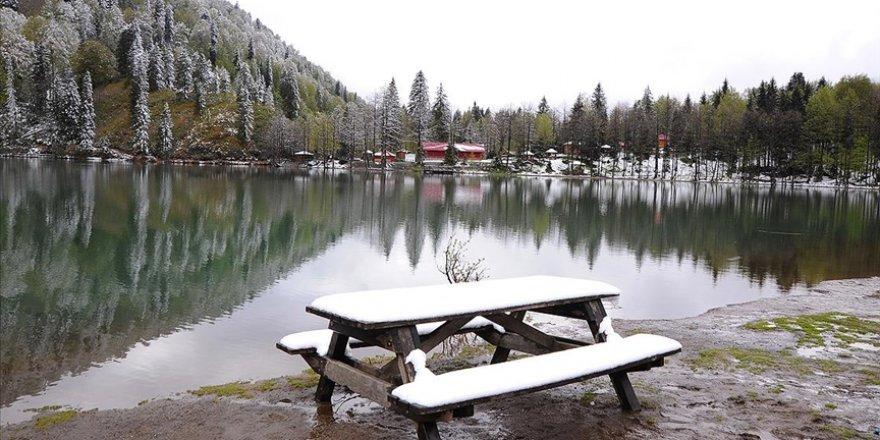 Borçka Karagöl mayısta yağan karla beyaza büründü