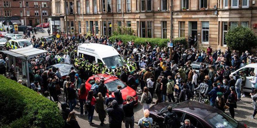 İskoçya'da halk İngiliz polisinin iki Müslümanı sınır dışı etmesini engelledi