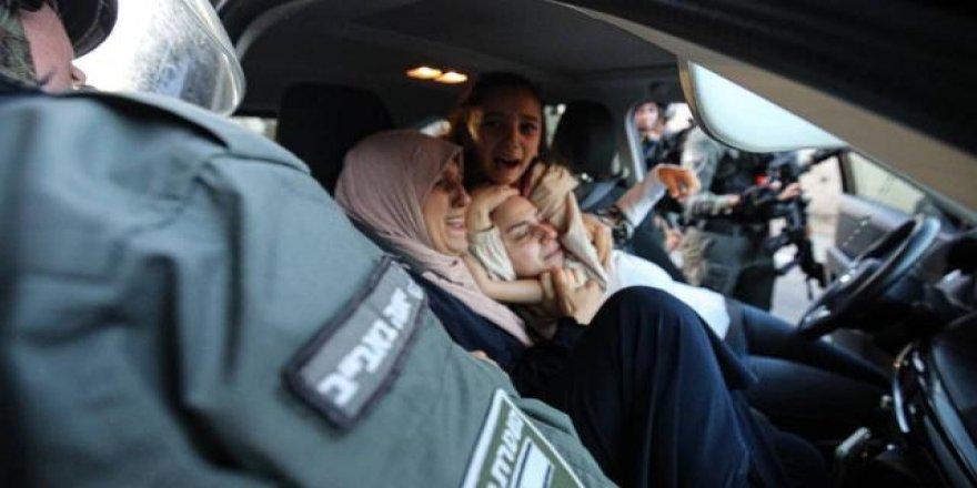 İsrail polisi Filistinli kadının başörtüsünü çıkardı