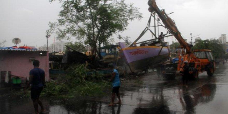 COVID-19'la mücadele eden Hindistan'ı bu kez de fırtına vurdu