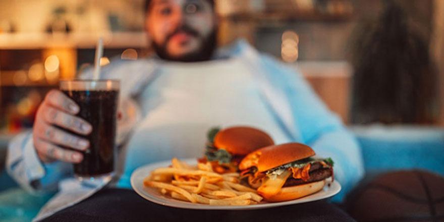 Fast fooda alışan gençler meyve ve sebze yemiyor, obezite artıyor