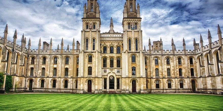 Oxford Üniversitesi öğrencileri Kraliçenin portresini duvardan indirdi