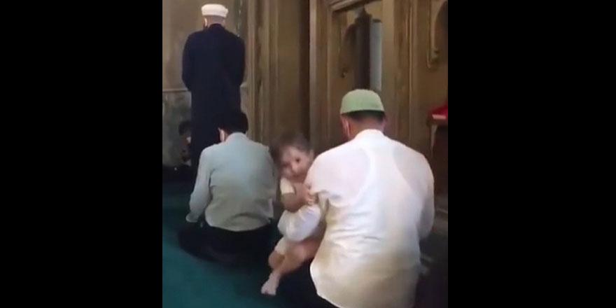 Ayasofya Camii'nde namaz kılan baba ile çocuğun sevimli görüntüleri