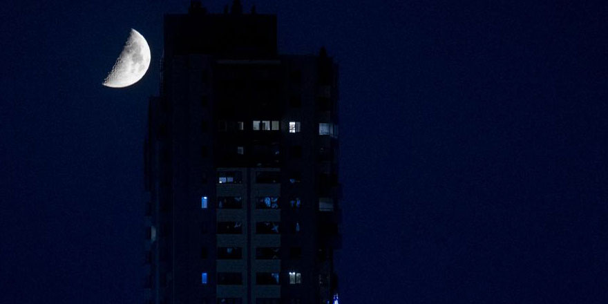 Ankara gecesi yarım ay ile aydınlandı