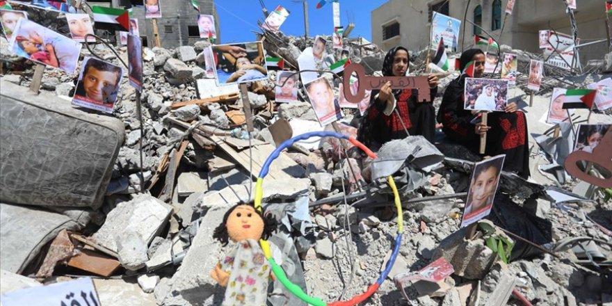 İsrail saldırılarında ölen çocukların fotoğrafları Gazze'deki bir binanın enkazı üzerinde sergilendi