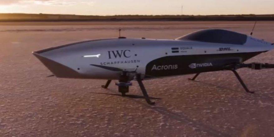Dünyanın ilk uçan elektrikli yarış otomobili deneme uçuşu yaptı