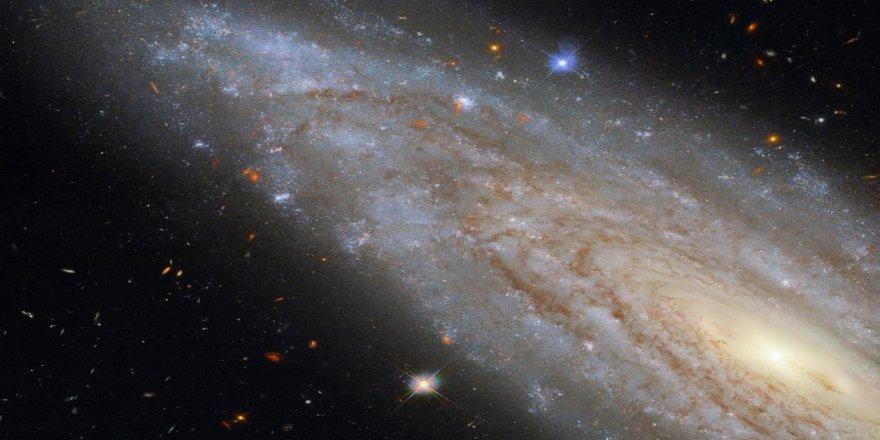 Hubble uzak bir galaksinin merkezindeki 'etkileyici sırrı' görüntüledi