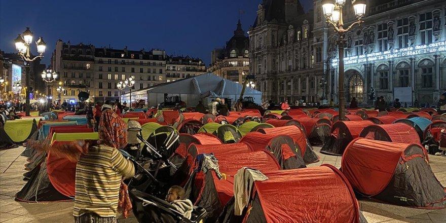 Paris'te sahipsiz çocuklar ve göçmenler 'acil barınma' talebiyle kamp kurdu