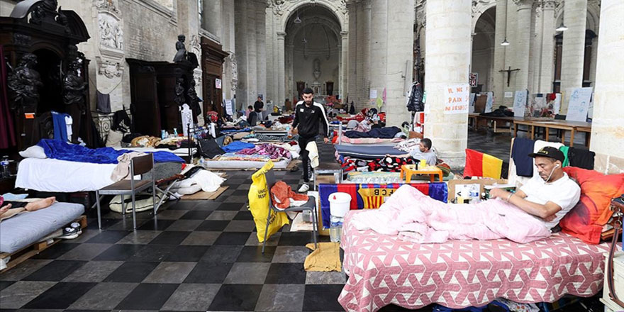 Brüksel'deki 'kağıtsızlar' hükümet ile görüşmeleri sonucunda açlık grevlerini askıya aldı