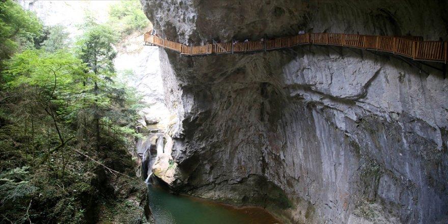 Valla Kanyonu'na giren 12 kilometre yürümeden çıkamıyor