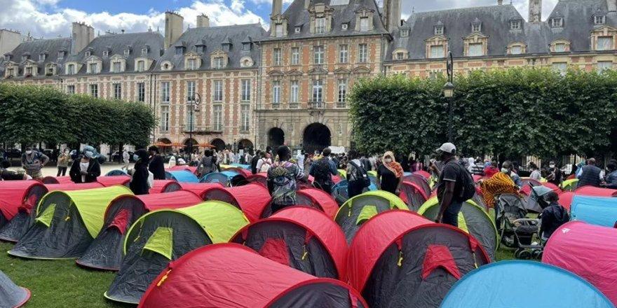 Fransa'da 400 evsiz, 'onurlu barınma' için Paris'in en turistik yerinde çadır kurdu