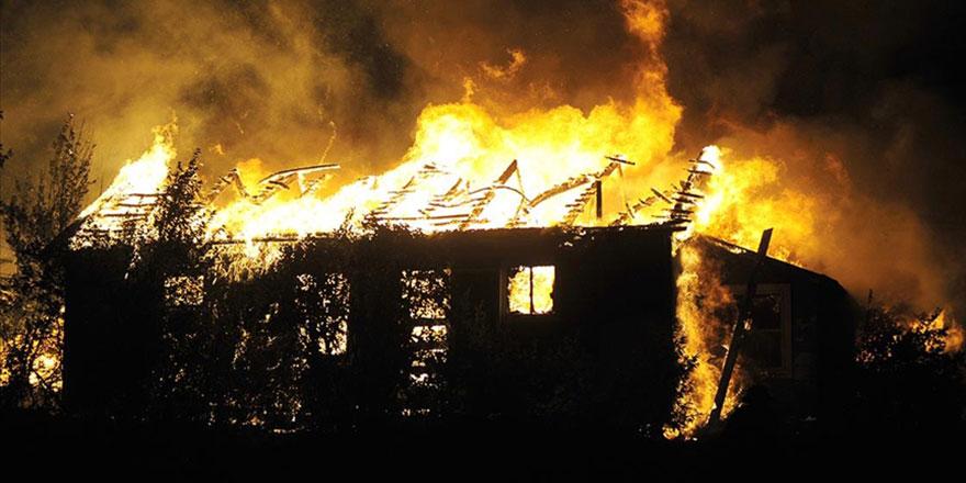 Karşı apartmandaki yangına, balkondan hortumla müdahale etti