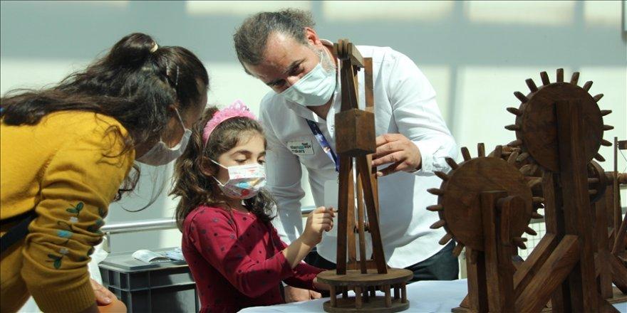 Bolu'da bilim festivaline katılan çocuklar eğlenerek öğrendi