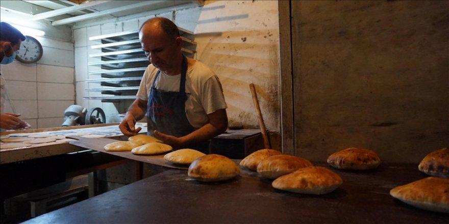 Tarihi handaki Osmanlı fırınında çeyrek asırdır talaşla pide pişiriyor