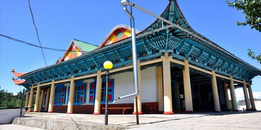 Kırgızistan'ın 'çivisiz' tek camisi ihtişamıyla görenleri hayran bırakıyor