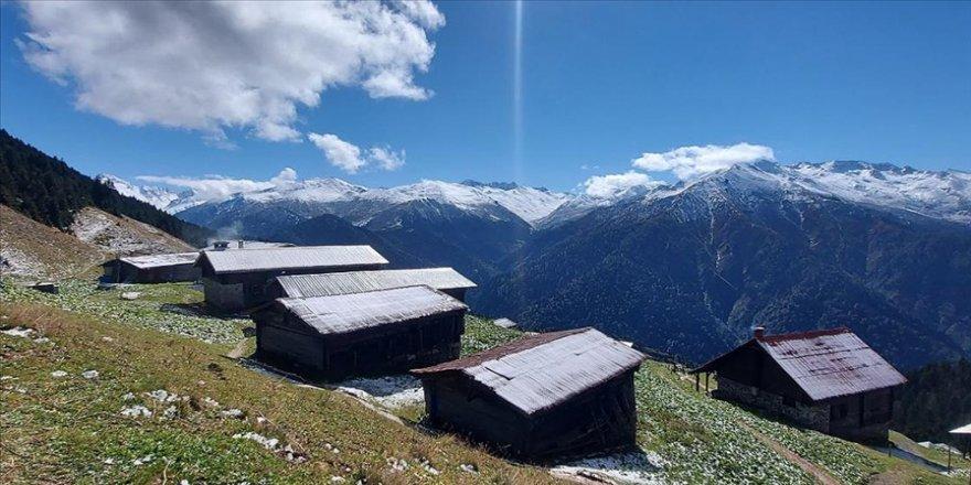 Kaçkar Dağları'ndaki yaylalar beyaz rahmetle kaplandı