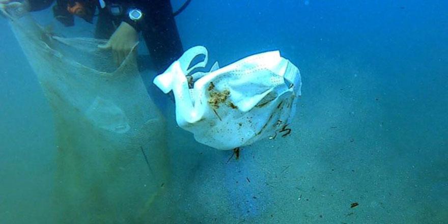Deniz tabanı maske ve eldiven dolu