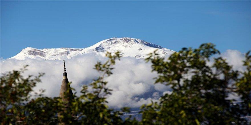 Beyaz gelinliğini giyen Munzur Dağı zirvesinde görsel şölen
