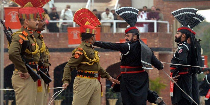 Pakistan ile Hindistan sınırındaki bayrak töreni 1959'dan bu yana sürüyor
