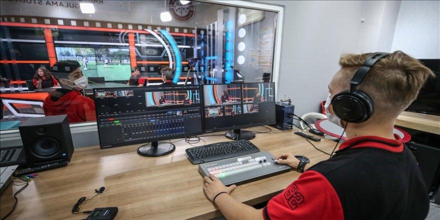 İletişimci adayı liseliler derslerini profesyonel stüdyoda görüyor