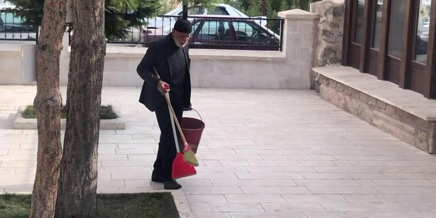 85 yaşındaki amca her gün gönüllü olarak cami bahçesini temizliyor