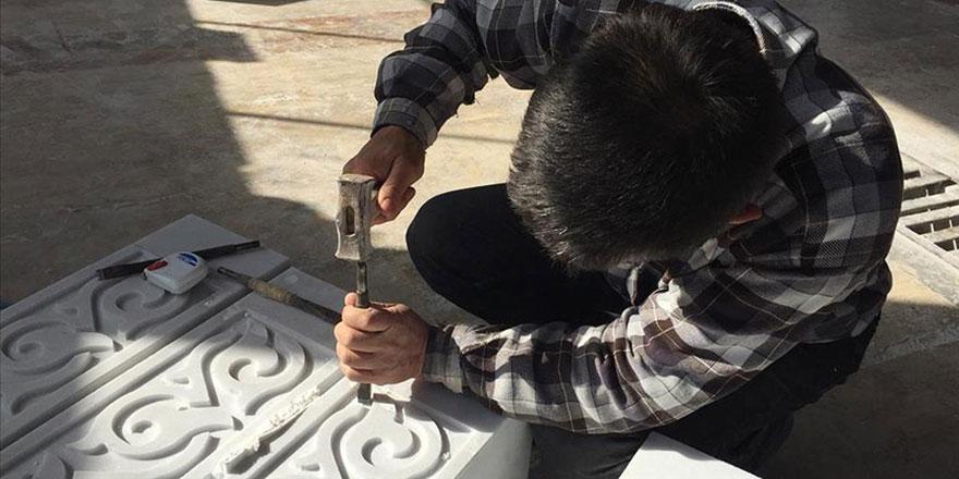 İslam taş işleme sanatının geometrik şekillerini elleriyle mermere işliyor