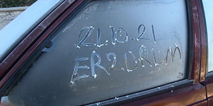 Erzurum'da termometreler eksi 5'e düştü: Araç camları buz tuttu