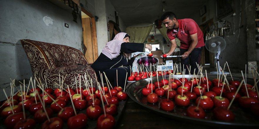 Gazze'de 13 nüfuslu aile elma şekeri satarak geçinmeye çalışıyor