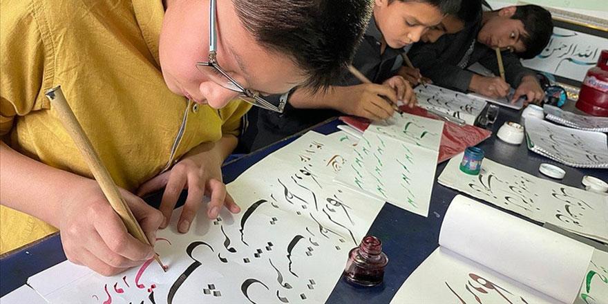 Küçük hattatlar Afganistan'daki zorluklara rağmen sanattan vazgeçmiyor