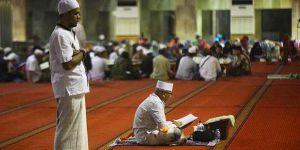 Endonezyalı Müslümanlar 'İtikaf' İçin Camileri Doldurdu