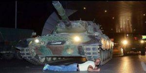"""Tankın önüne yatan """"cesur adam"""" konuştu"""