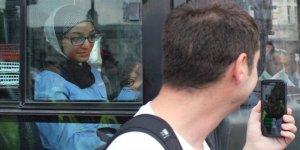 Başörtülü otobüs şoförünün yolunu kestiler