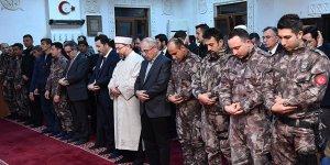 Erbaş, polislerle namaz kıldı şükür duası yaptı