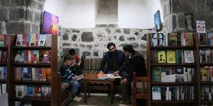 Diyarbakır'ın tarihi çarşısındaki mekanda kitap okuma keyfi