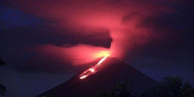 Yanardağdan püsküren kül ve duman 3 bin metreye ulaştı